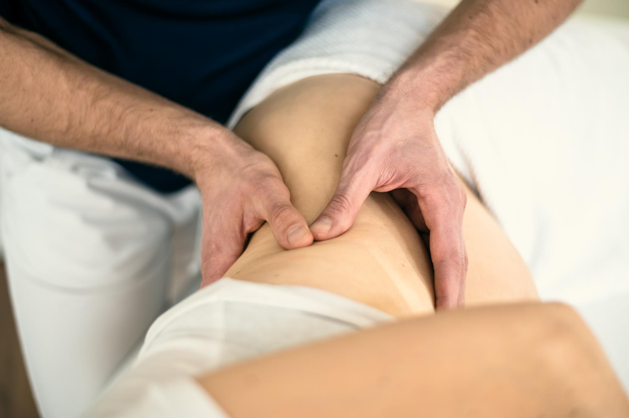 Osteopath Richard Müller bei der Behandlung