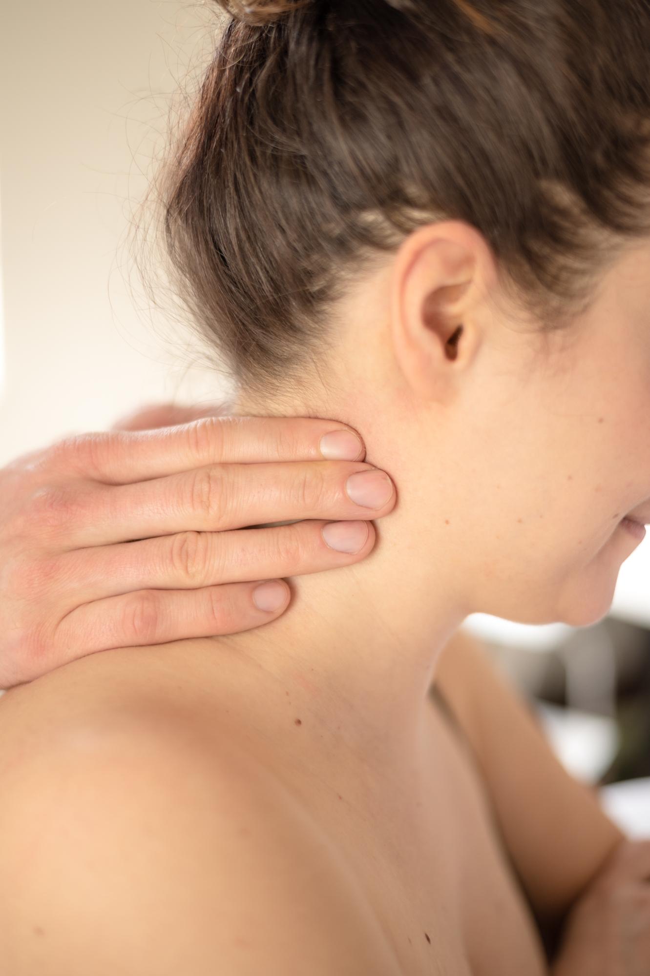 Osteopath bei der Behandlung im Nackenbereich