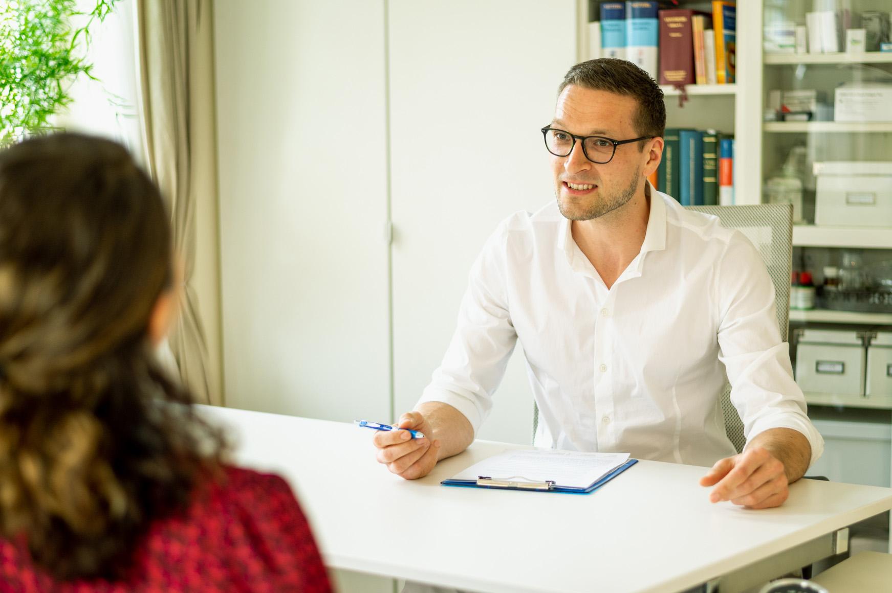 Osteopath Richard Müller im Behandlungsvorgespräch